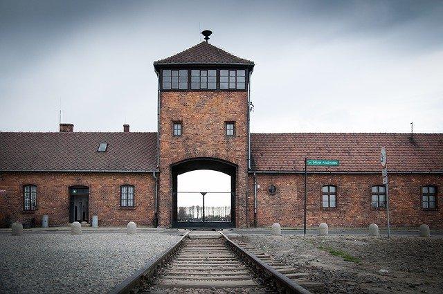 כניסה למחנה ההשמדה אושוויץ